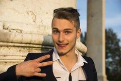 Blonde jonge mens met leuke, grappige uitdrukking Stock Foto