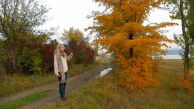 Blonde Jonge Vrouw die bij Aard in de Herfst lopen stock footage