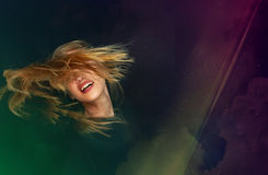 Blonde jonge vrouw die bij discopartij dansen Stock Afbeeldingen