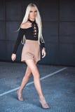 Blonde jonge vrouw die buiten lopen Royalty-vrije Stock Foto's