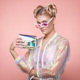 Blonde jonge vrouw in holografisch jasje stock afbeelding