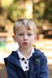 Blonde jongen buiten stock foto