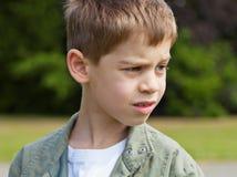 Blonde jongen in een park stock afbeeldingen