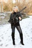 Blonde joven atractivo con un arma fotos de archivo libres de regalías