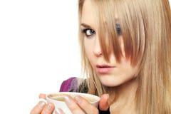 Blonde joven atractivo con una taza Fotos de archivo libres de regalías