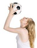 Blonde joven con el balón de fútbol Fotos de archivo libres de regalías