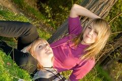 Blonde joven de la belleza feliz dos foto de archivo libre de regalías