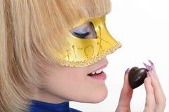 Blonde joven en máscara Foto de archivo libre de regalías