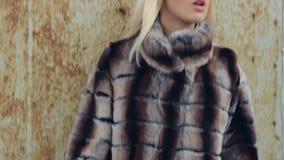 Blonde joven hermoso atractivo en piel costosa metrajes