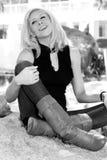 Blonde joven hermoso en el parque imagenes de archivo