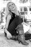 Blonde joven hermoso en el parque fotografía de archivo