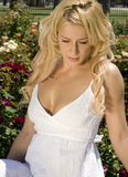 Blonde joven hermoso en la alineada blanca fotos de archivo
