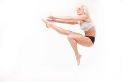 Blonde joven hermoso en un salto Fotos de archivo libres de regalías