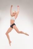 Blonde joven hermoso en un salto Foto de archivo