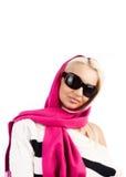 Blonde joven que desgasta la bufanda rosada y mirar fijamente Imágenes de archivo libres de regalías