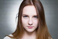 Blonde joven serio Foto de archivo