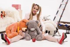 Blonde joven vestido encima como de muñeca Imagen de archivo