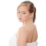 Blonde jugendlich Frau im Bademantel Stockfotografie