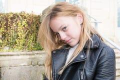 Blonde jugendlich Mädchen traurig und unglücklicher Tag Lizenzfreie Stockfotografie