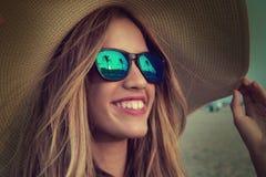 Blonde jugendlich Mädchensonnenbrille und -pamela sonnen Hut Stockfotos