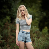 Blonde Jugendliche Bautiful allein im Wald Lizenzfreie Stockfotos