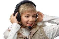 Blonde Jugendliche in den Kopfhörern Stockfotos