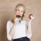 Blonde Jugendliche der jungen Schönheit, die Schokolade isst Stockfotos