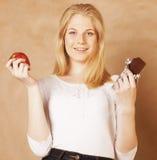 Blonde Jugendliche der jungen Schönheit, die Schokolade isst Stockfotografie