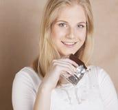Blonde Jugendliche der jungen Schönheit, die Schokolade isst Stockbilder