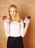 Blonde Jugendliche der jungen Schönheit, welche die lächelnde Schokolade, Wahl isst Lizenzfreies Stockbild