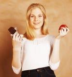 Blonde Jugendliche der jungen Schönheit, welche die lächelnde Schokolade, Wahl isst Stockfotografie