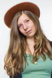 Blonde Jugendliche, die braunen Hut trägt Stockbild