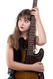 Blonde Jugendliche, die eine Gitarre, oben schauend hält Stockfotos