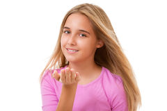 Blonde Jugendliche, die Luftkuß zeigt Getrennt Lizenzfreie Stockbilder