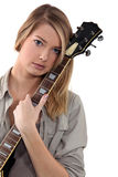 Blonde Jugendliche, die mit Gitarre aufwirft Stockfotografie