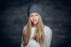 Blonde Jugendliche in einem warmen Winterhut Stockfotos