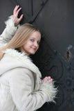 Blonde Jugendliche im Pelzmantel Stockfotografie