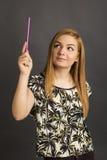 Blonde Jugendliche mit den Beinen kreuzte das Erhalten einer nützlichen Idee Stockfotos
