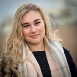 Blonde Jugendliche mit Schal und wolligem Pullover Lizenzfreies Stockfoto