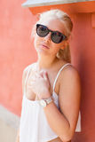 Blonde Jugendliche mit Sonnenbrille Stockfotos