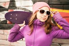 Blonde Jugendliche steht nahe durch städtische Wand Lizenzfreie Stockfotografie