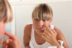 Waschendes Gesicht der blonden Jugendlichen Stockfotos