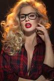 Blonde junge Dame mit den verlockenden Lippen Stockfotos