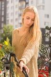 Blonde junge Frau Stockfotografie