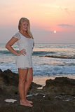 Blonde junge Frau auf dem Strand Stockfotografie