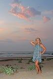 Blonde junge Frau auf dem Strand Stockfoto