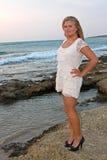 Blonde junge Frau auf dem Strand Stockbilder