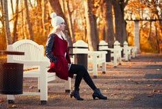 Blonde junge Frau bei der Aufstellung Lizenzfreie Stockfotos