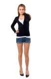 Blonde junge Frau in den Jeans-Kurzschlüssen. Stockfotos