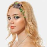 Blonde junge Frau der Mode Feiertag bilden Stockbilder